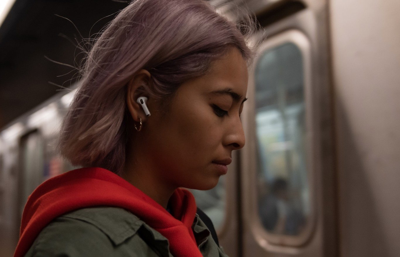 apple airpods pro mujer